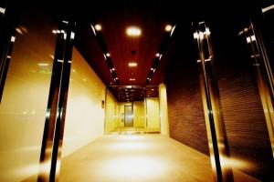 ラグジュアリーアパートメント横浜黄金町のオシャレなエントランス